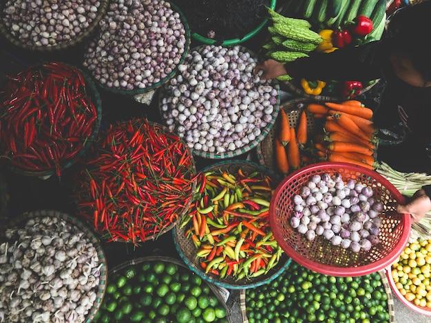 旧市街のストリート フード マーケットで販売されている新鮮な野菜