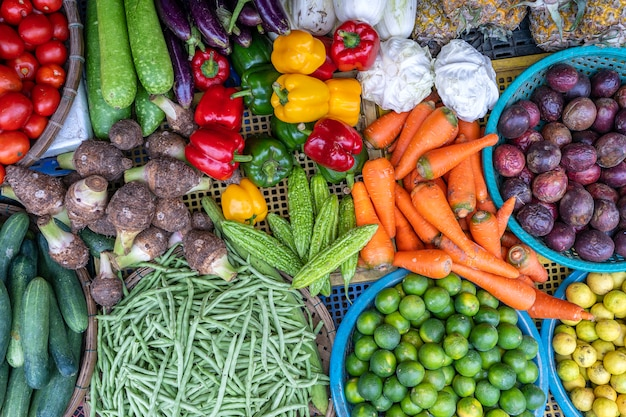Свежие овощи для продажи на рынке уличной еды