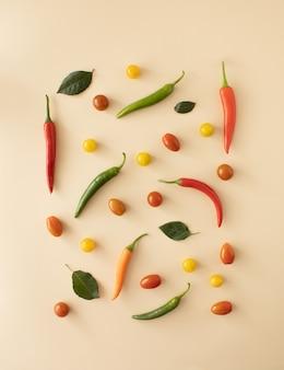 Свежие овощи свежий чилитомато различной формы и разных видов пастельный фон