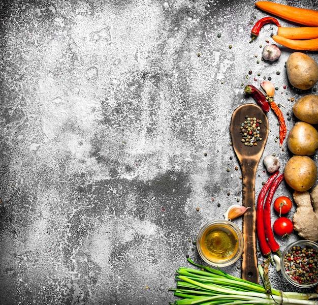 Свежие овощи. свежие овощи со специями и зеленью на деревенском столе.