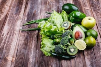 新鮮な野菜、果物、そして緑。健康的な生活と食べ物。