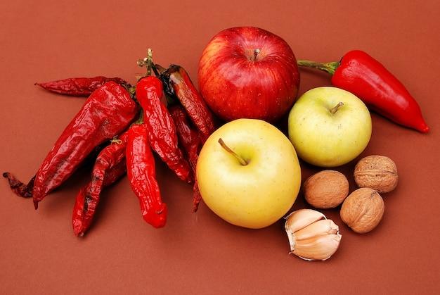 新鮮な野菜、果物、その他の食材。