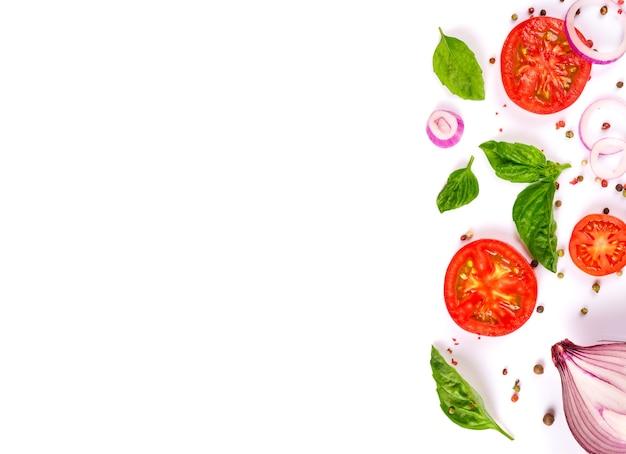 白で隔離の新鮮な野菜、ハーブ、スパイス