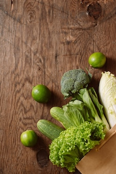 茶色の紙袋に入った新鮮な野菜