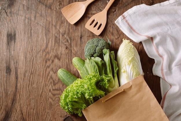 Свежие овощи в коричневом бумажном пакете