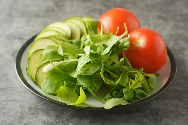 샐러드 믹스, 토마토와 zuchinni-접시에 신선한 야채. 건강 식품 개념, 체중 감량.