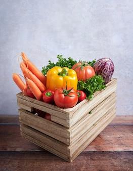 木製の箱に入った新鮮な野菜