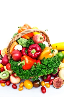 Свежие овощи в корзине на белом
