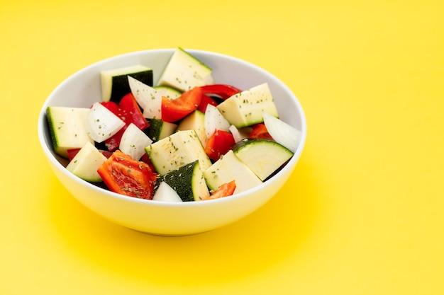 Свежие овощи кубиками в белой миске