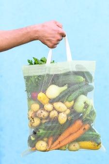Свежие овощи в эко-сумке. картофель, помидоры, морковь, лук