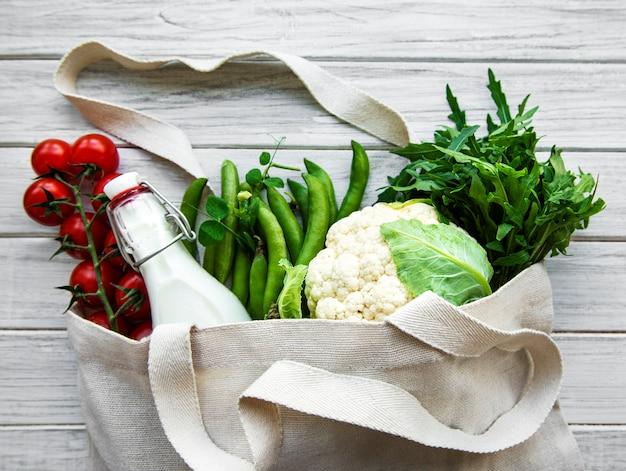 エコ綿袋に入った新鮮な野菜