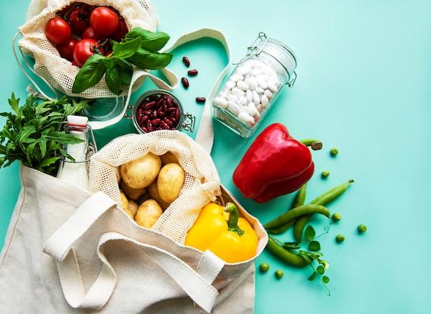 緑の背景にエココットンバッグの新鮮な野菜