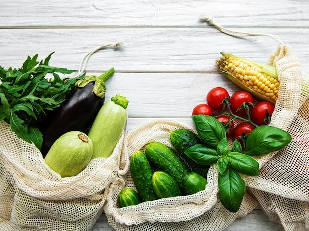 エココットンバッグに入れた新鮮な野菜