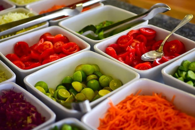 Свежие овощи в тарелках в отеле.