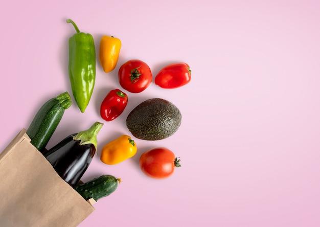 Свежие овощи в утилизируемом бумажном пакете с копией пространства