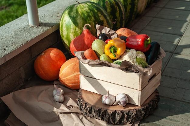 배달 준비가 된 상자에 신선한 야채