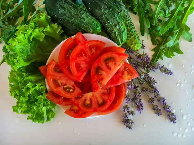 Свежие овощи. листья салата, помидор, огурец. рукола.