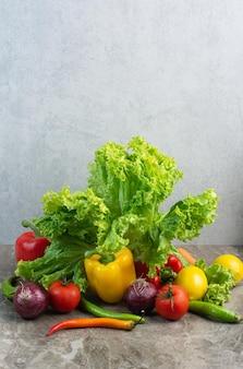 Verdure fresche su fondo di marmo. foto di alta qualità