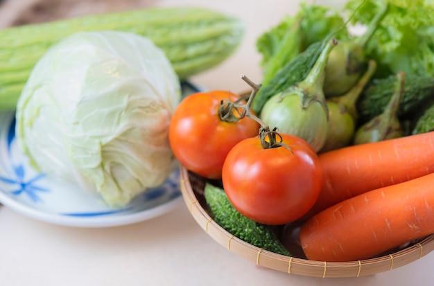 Микс свежих овощей на белом