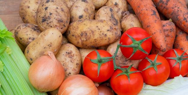 Свежие овощи осеннего урожая. полезные ингредиенты овощных блюд.