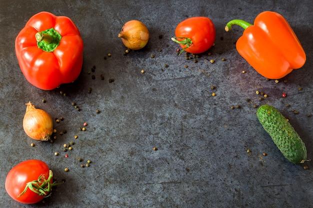 暗い背景に新鮮な野菜