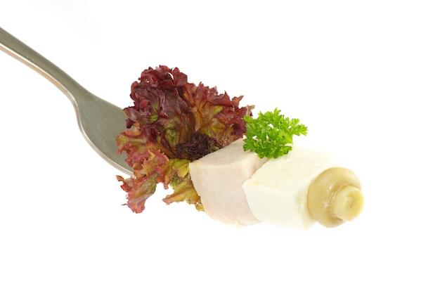 흰색 배경에 고립 된 포크에 신선한 야채