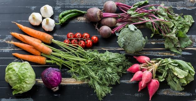 Свежие овощи на деревенском столе