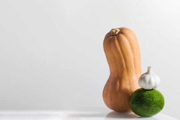 흰색 배경 호박 아보카도 마늘 복사 공간에 신선한 야채