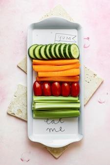 Свежие овощи на белой тарелке