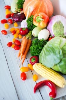 나무 바탕에 신선한 야채입니다. 건강한 음식.