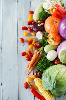 木製の背景に新鮮な野菜。上面図。健康食品。