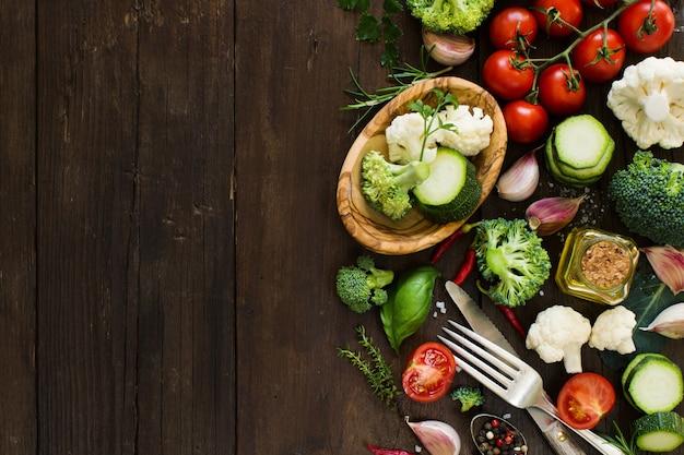 木製のテーブルトップビューで新鮮な野菜