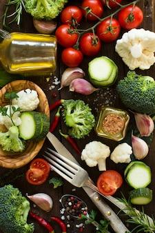 Свежие овощи на деревянном столе сверху
