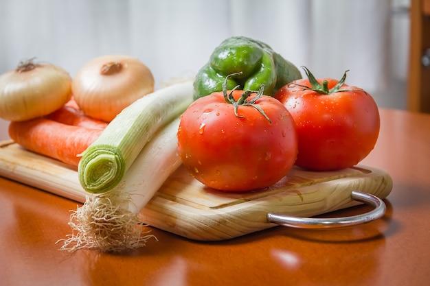 キッチンのまな板に新鮮な野菜