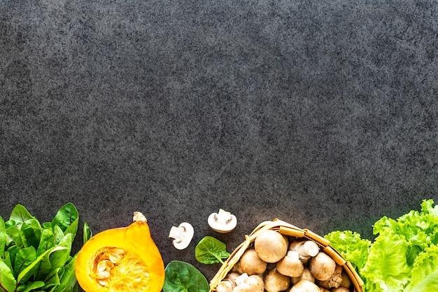 暗い石の表面に新鮮な野菜