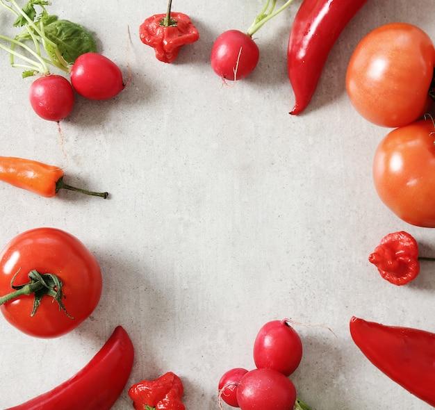 회색 표면에 신선한 야채