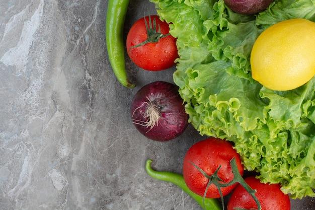 Свежие овощи на мраморном фоне. фото высокого качества