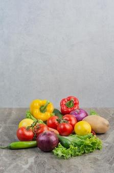 大理石の背景に新鮮な野菜。高品質の写真