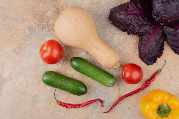 大理石の新鮮な野菜。