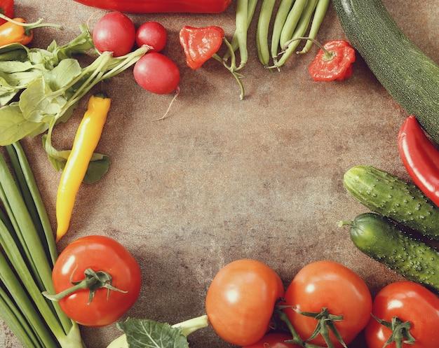 さびたテーブルに新鮮な野菜