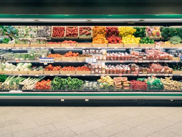Свежие овощи на полке в супермаркете