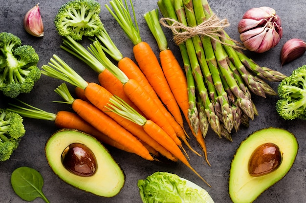 石の背景に新鮮な野菜