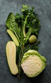 漆喰の背景に新鮮な野菜