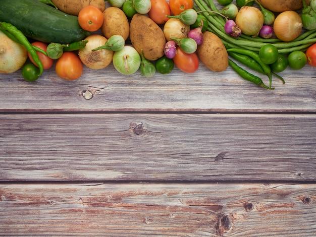 新鮮な野菜、古い木製のテーブル