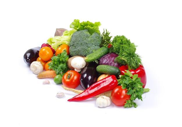 Свежие овощи на белом фоне