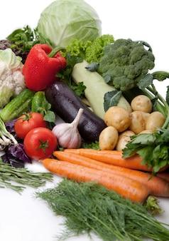 Свежие овощи на белом.