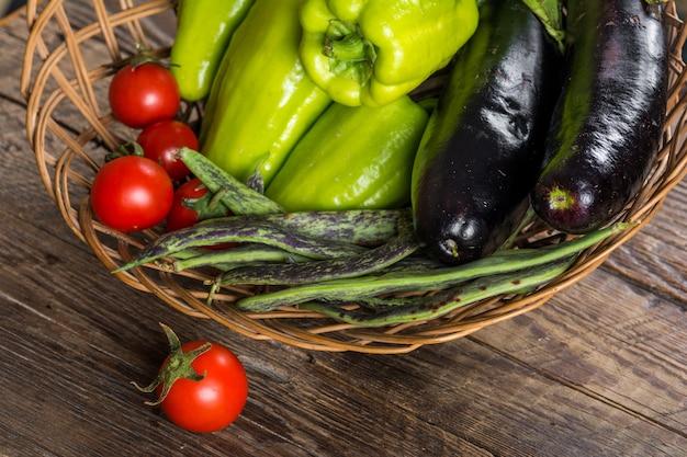 木製の背景に新鮮な野菜