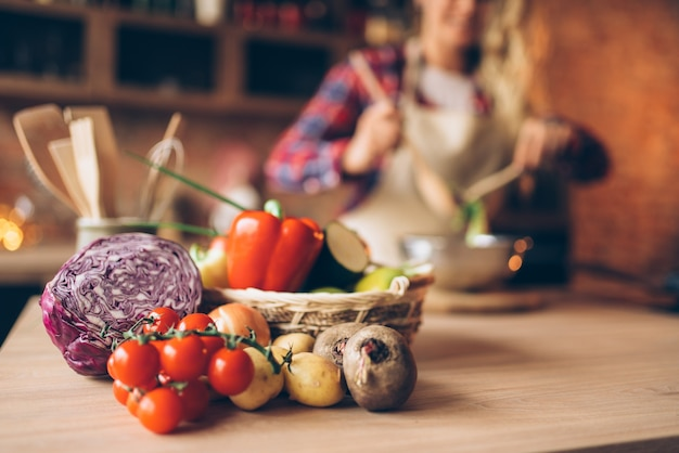 木製のテーブルの上の新鮮な野菜、ベジタリアン料理