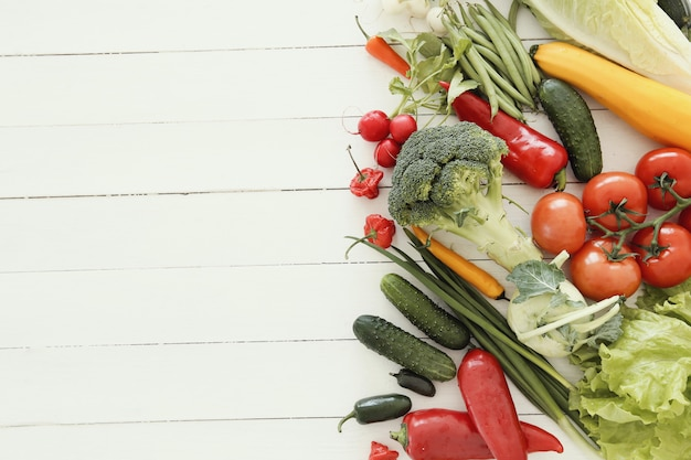 Свежие овощи на деревянном столе