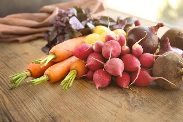木製のテーブルに新鮮な野菜